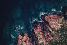 Luftaufnahme Einer Küste Mit Felsen, Meer Und Brandung Aus Der Vogelperspektive