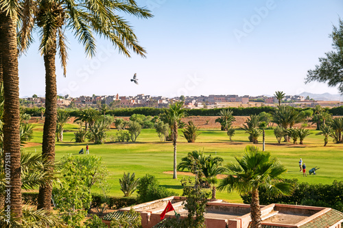 Fotografía  View of Marrakech from a golf resort with green fields and palms in Morocco