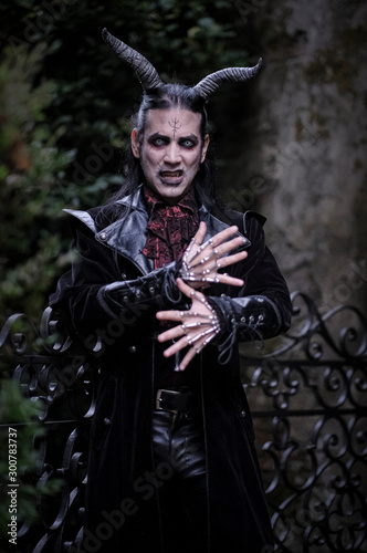 demone diavolo uomo con corna e abito gotico e denti da vampiro Canvas Print