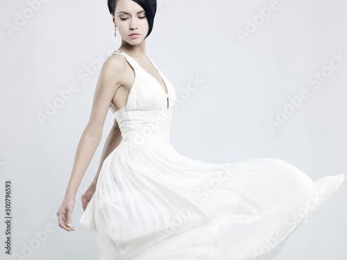 Foto auf Gartenposter womenART Beautiful young lady in a billowing white dress