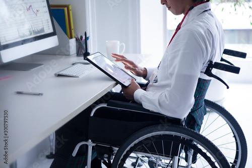 車椅子のビジネスマン Tablou Canvas