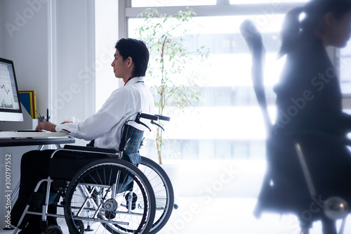 Fotografie, Tablou 車椅子のビジネスマンと女性社員
