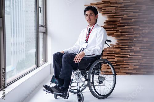 Vászonkép 車椅子に乗るビジネスマンのポートレート