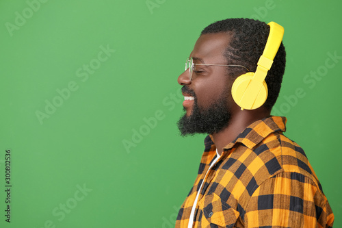 Autocollant pour porte Magasin de musique Handsome African-American man listening to music on color background