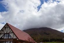 牧場の売店の屋根と、...