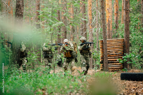 Fotomural  Soldiers in a combat situation. Men play airsoft.