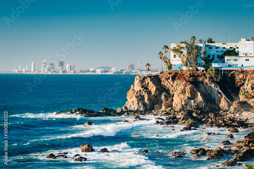 Photo Mazatlan as seen from afar with a spectacular cliff line in the foreground