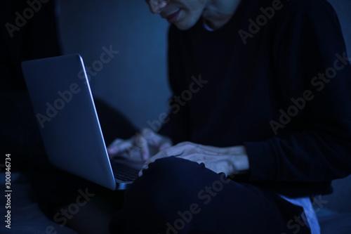 Obraz na plátně  暗い中でパソコンを使う男性