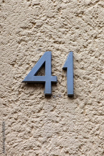 Papel de parede metal number 41 on stone wall
