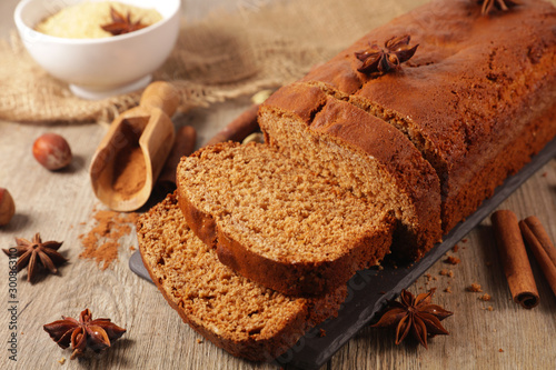 Tuinposter Brood gingerbread cake with spices on wood background
