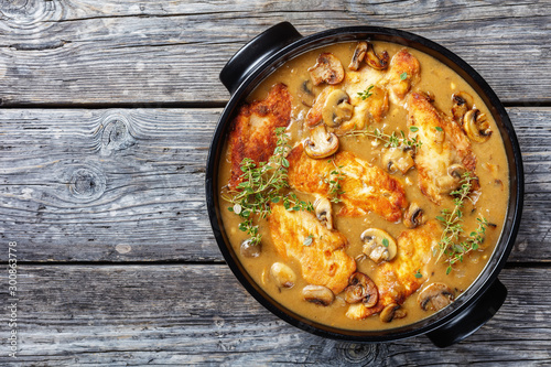 Canvastavla  Chicken Marsala in a black ceramic dish