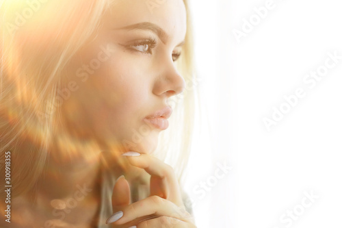 Fotografía  young adult blonde long hair at home, stylish model posing in the studio