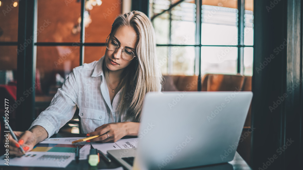 Fototapety, obrazy: Young focused woman working with chart