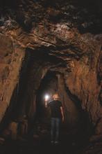 Hombre Explorando Cueva Oculta En Viaje De Aventura