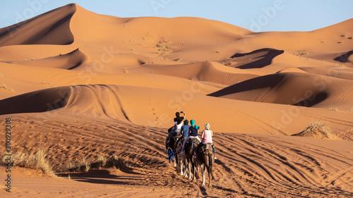 Photo  European tourists in Sahara Desert during sunset, Merzouga, Morocco