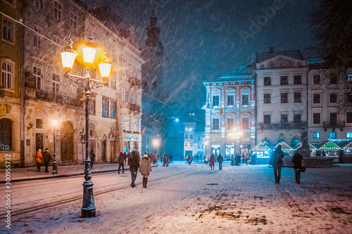 Foto auf Leinwand Altes Gebaude Lviv street in winter