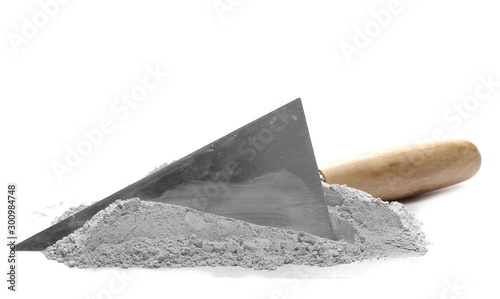 Fotografía  Cement pile and trowel isolated on white background