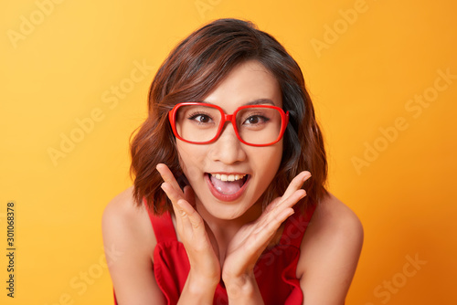 Fotomural  Image of screaming excited young cute woman posing isolated over yellow background