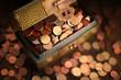 Leinwandbild Motiv scrigno ripieno con monete varie