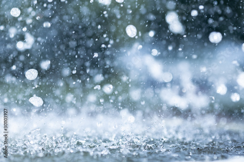Fotomural blue color tone of close up rain water drop falling to the floor in rainy season