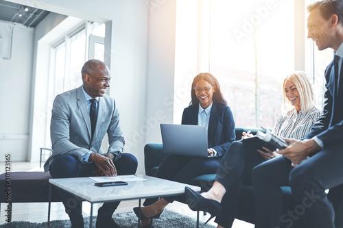 Pinturas sobre lienzo  Diverse businesspeople sitting on an office sofa having a meetin