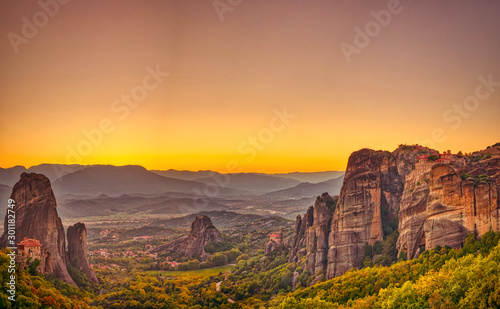 Photo Stands Melon Landscape with monasteries and rock formations in Meteora, Greece. during sunset.