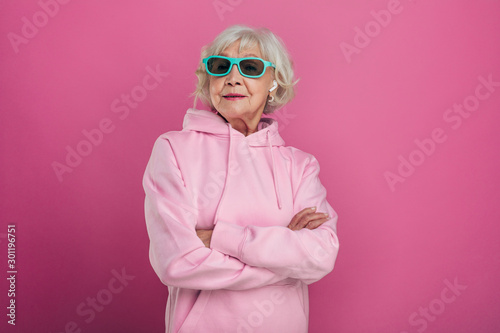 Fotografia, Obraz Cool old woman in funny green sunglasses posing on camera