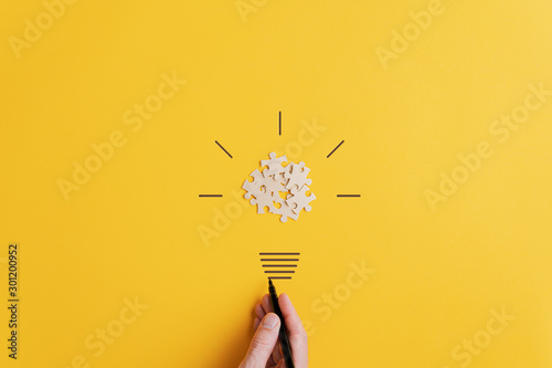 Pinturas sobre lienzo  Light bulb over yellow background in vision and idea conceptual image