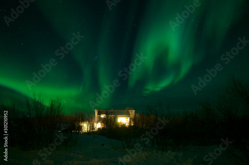 Poster Aurore polaire Northern lights Aurora Borealis over house in winter