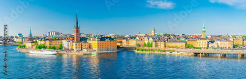 Photo sur Aluminium Stockholm Aerial scenic panoramic view of Stockholm skyline with Old town Gamla Stan, typical Sweden houses, Riddarholmen island with gothic Church building, Lake Malaren, clear blue sky background, Sweden