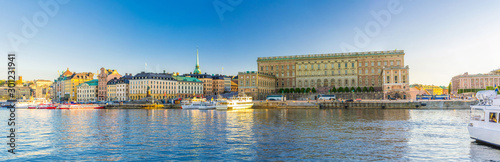 Photo sur Aluminium Stockholm Panoramic view of Old town Gamla Stan historical quarter with Royal Palace eastern facade (Stockholm slott or Kungliga slottet) on Stadsholmen island, boats in Lake Malaren, Stockholm, Sweden