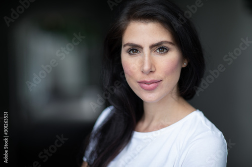Photo A portrait of a lovely romantic young woman outdoors, inspiringly looking forwar