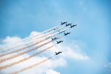 Aerei Acrobatici In Volo Con Scia Colorata Nel Cielo