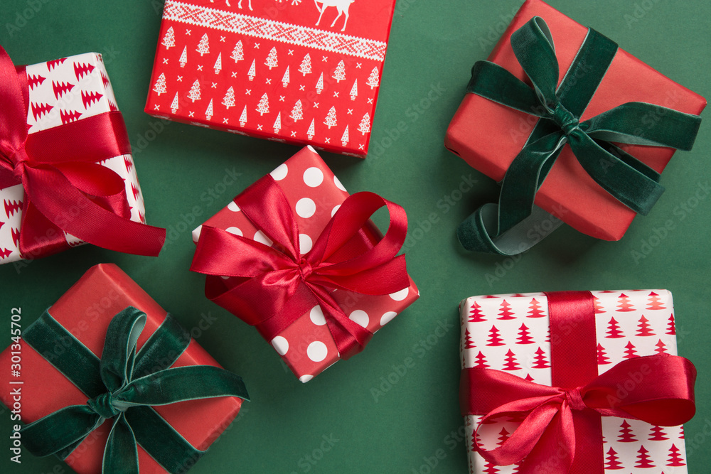 Fototapety, obrazy: Christmas pattern of holiday gifts on green background. Boxing day. Greeting card. Winter. Happy New Year. Space for text