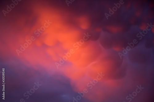 Fotomural Unusual pink-purple mammatus clouds at sunset