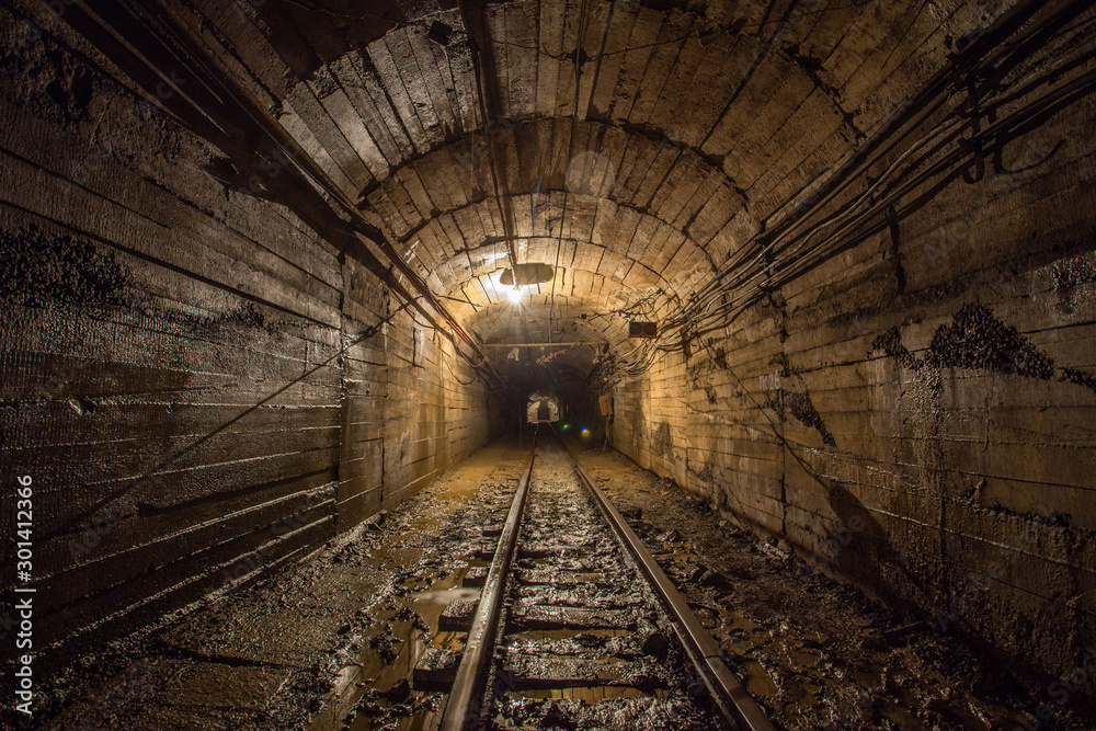 Gold iron mine ore shaft tunnel drift with rails underground <span>plik: #301412366 | autor: Mishainik</span>