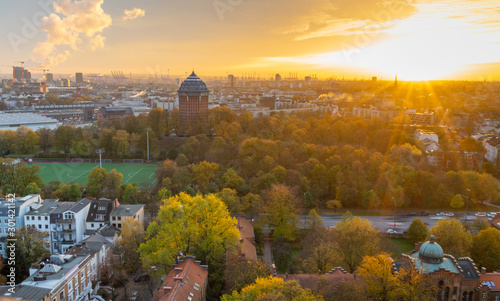 Photo  Sunset during fall in Hamburg, Germany.