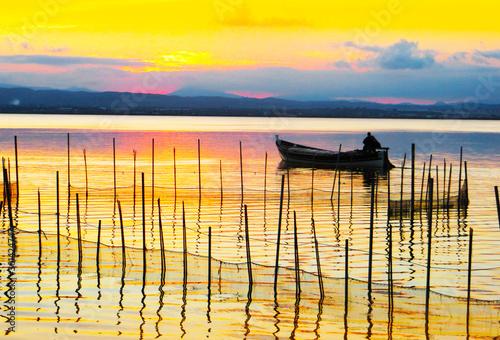 Foto auf Leinwand Gelb paisaje de un pescador recogiendo las redes