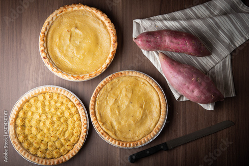 Fotomural sweet potato pie on wooden background