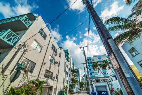 Tuinposter Smal steegje Narrow alley in Miami Beach