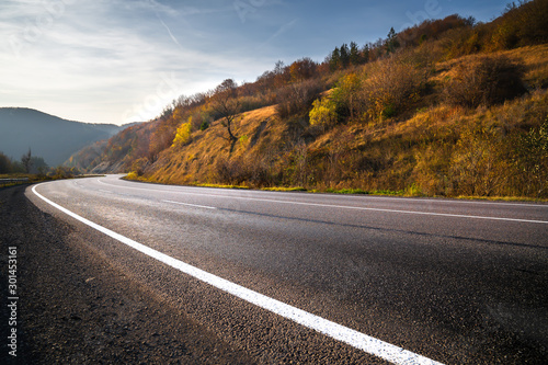 Fotomural  Highway in mountains