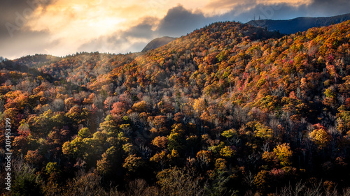Photo Dramatic sunset with sun rays in Blue Ridge Parkway during the Golden Hour