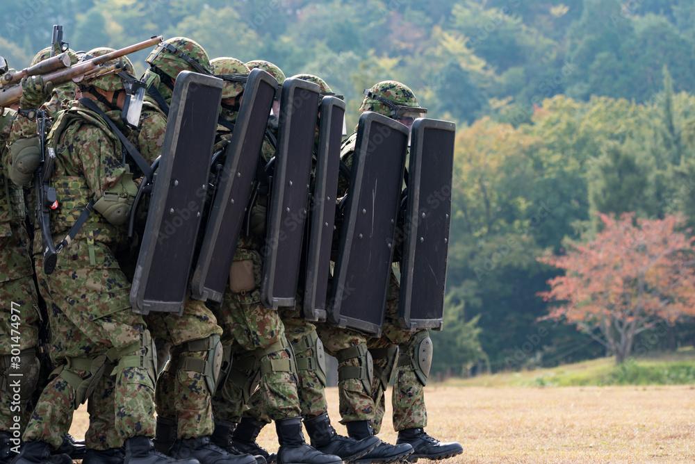 Fototapeta 盾を構える自衛官