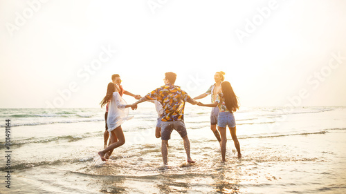 A group of friends who party and play fun on the beach. Canvas-taulu