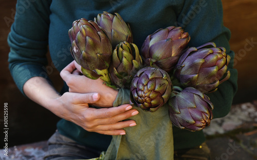 Valokuva  natural purple vegetables artichokes for salad and canning