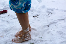 Photo Bare Feet And Snow. A Woman Stands On The White Snow.time Of Year Winter.it's Cold And Frosty Outside.