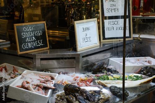 Fototapeta Vetrina di un ristorante Genovese che espone del pesce
