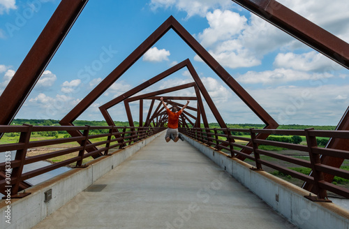 Foto Man Jumps High Underneath Twisting Bridge
