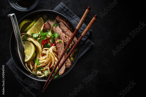 Fotografía  Tasty asian classic soup with noodles and meat