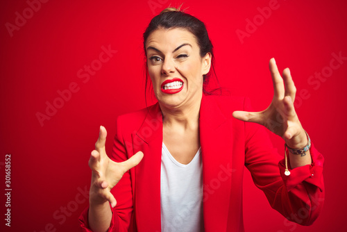 Young beautiful business woman standing over red isolated background Shouting fr Fototapet